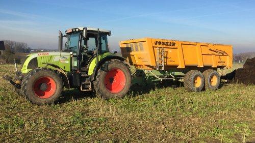 Foto van een Claas Arion 640 mest op het land kiepen om te gaan verspreiden. Geplaatst door FiatPeter op 01-02-2019 om 15:04:04, op TractorFan.nl - de nummer 1 tractor foto website.