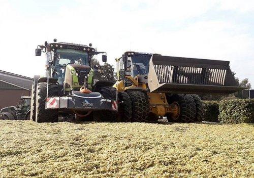 Pleizier & Timmer (nijkerk) × op de foto met een Claas Axion 850 en een volvo l70H!. Geplaatst door Tijs van Meerveld op 17-10-2019 om 19:54:46, op TractorFan.nl - de nummer 1 tractor foto website.