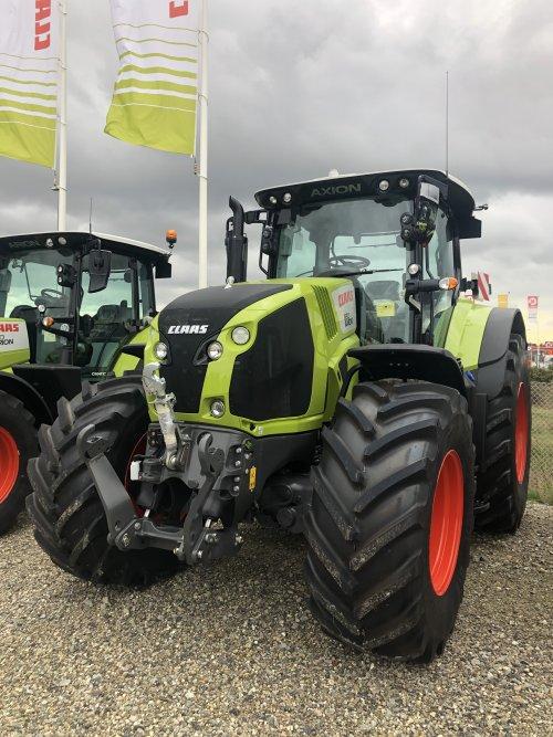 Foto van een Claas Axion 830. Geplaatst door jellehoekstra op 22-10-2019 om 22:25:46, op TractorFan.nl - de nummer 1 tractor foto website.