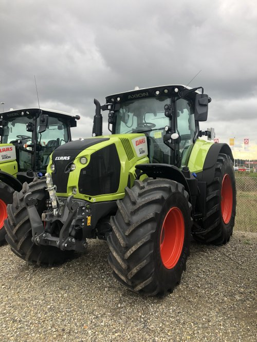 Foto van een Claas Axion 870. Geplaatst door jellehoekstra op 22-10-2019 om 22:25:56, op TractorFan.nl - de nummer 1 tractor foto website.