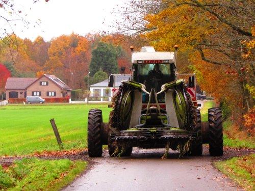 Loonbedrijf Dries Prinse bezig met de laatste (kleine) 95ha van 2019. Geplaatst door fend1984 op 27-11-2019 om 20:33:16, op TractorFan.nl - de nummer 1 tractor foto website.