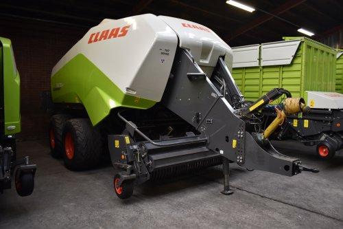Foto van een Claas Quadrant 3300. Geplaatst door jordi 1455 op 02-12-2019 om 20:39:27, op TractorFan.nl - de nummer 1 tractor foto website.