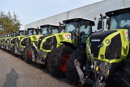 Foto van een Claas Axion 810. Geplaatst door jordi 1455 op 03-12-2019 om 19:23:48, op TractorFan.nl - de nummer 1 tractor foto website.