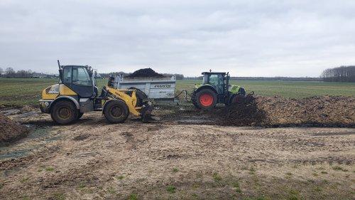 Foto van een Claas Arion 530 en een Komatsu WA 100 M. Geplaatst door tim-klok op 18-03-2020 om 20:35:01, op TractorFan.nl - de nummer 1 tractor foto website.