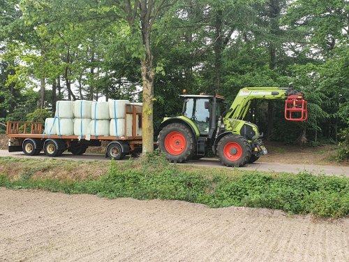 Foto van een Claas Arion 530 met een aanhanger met 25 midibaaltjes. Geplaatst door mrpieter op 08-05-2020 om 15:49:58, op TractorFan.nl - de nummer 1 tractor foto website.