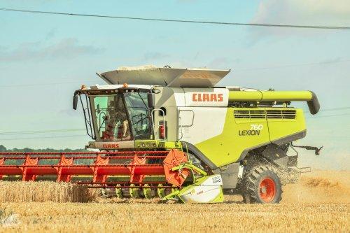 Foto van een Claas Lexion 760. Geplaatst door jd7920 op 08-08-2020 om 20:32:23, op TractorFan.nl - de nummer 1 tractor foto website.
