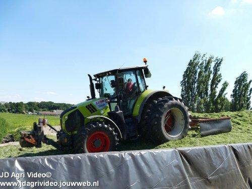 Foto van een Claas Arion 530  , loonbedrijf Doornewaard uit Oosterwolde aan het gras inkuilen. ZIE OOK DE VIDEO  https://youtu.be/kZmtxx9kwmM