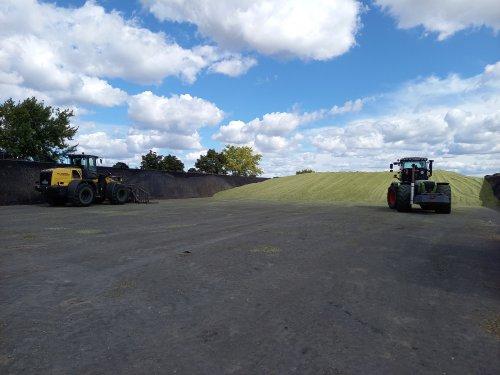 Foto van een Claas Xerion 3800 VC en een New Holland w170D wachtend op nieuwe mais op vast te rijden voor Verschoor fourage.