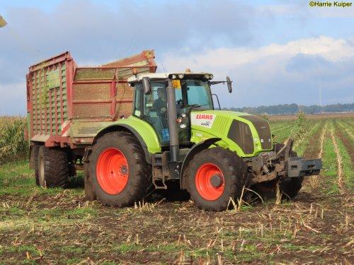 Foto van een Claas Axion 810 van loonbedrijf Folkers BV uit Sellingen op 18 okt 2020 aan het mais hakselen te Nw-Weerdinge