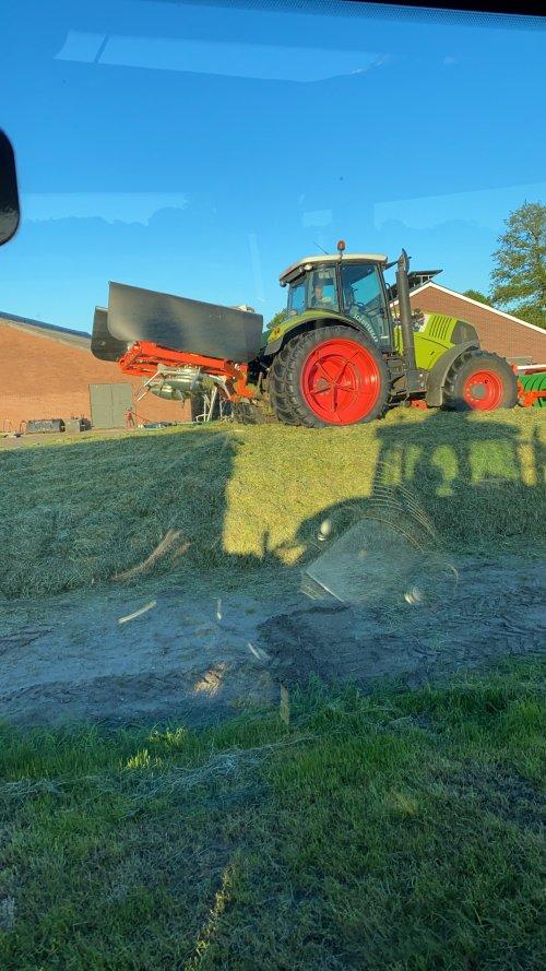 Foto van een Claas Axion 810. Geplaatst door martsnijders op 03-06-2021 om 21:43:58, op TractorFan.nl - de nummer 1 tractor foto website.