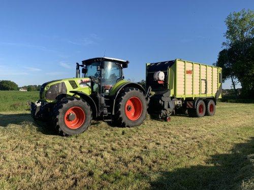 Hier zie je H.j. Looman en Zn. (Velswijk) × met een Claas Axion 810. Na veel mest en mais afgelopen week weer eens met een beetje gras rond gereden.