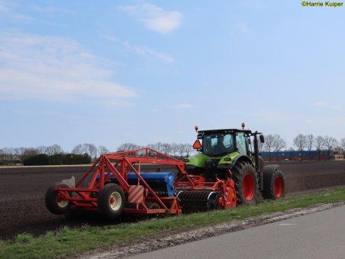 Foto van een Claas Axion 810 aan het spitten/frezen en zaaien op 17 april 2021. Geplaatst door oldtimergek op 28-06-2021 om 11:17:14, op TractorFan.nl - de nummer 1 tractor foto website.