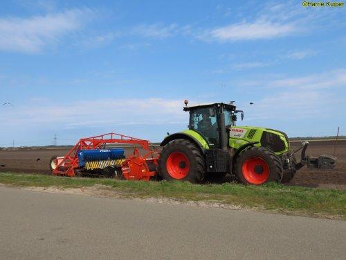 Foto van een Claas Axion 810 aan het spitten/frezen en zaaien op 17 april 2021. Geplaatst door oldtimergek op 28-06-2021 om 11:17:20, op TractorFan.nl - de nummer 1 tractor foto website.