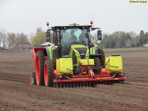 Foto van een Claas Arion 660 aan het aardappels poten op 2 april 2021. Geplaatst door oldtimergek op 28-07-2021 om 12:07:10, op TractorFan.nl - de nummer 1 tractor foto website.