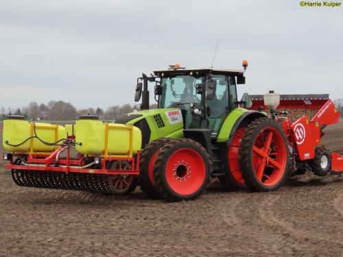 Foto van een Claas Arion 660 aan het aardappels poten op 2 april 2021. Geplaatst door oldtimergek op 28-07-2021 om 12:07:15, op TractorFan.nl - de nummer 1 tractor foto website.