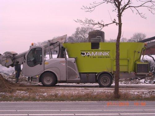 Foto van een Storti Zelfrijder voermengwagen, bezig met voeren.. Geplaatst door obelix op 29-01-2010 om 13:43:48, met 13 reacties.
