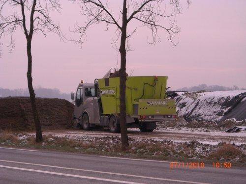 Foto van een Storti Zelfrijder voermengwagen, bezig met voeren.. Geplaatst door obelix op 29-01-2010 om 13:44:17, met 4 reacties.
