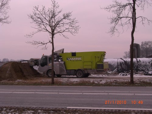 Foto van een Storti Zelfrijder voermengwagen, bezig met voeren.. Geplaatst door obelix op 29-01-2010 om 13:45:04, met 8 reacties.