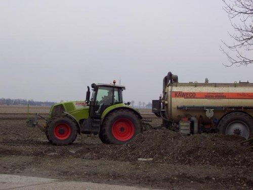 Foto van een Claas Axion 820, bezig met bemesten.. Geplaatst door Clear-up op 21-03-2010 om 01:17:23, op TractorFan.nl - de nummer 1 tractor foto website.
