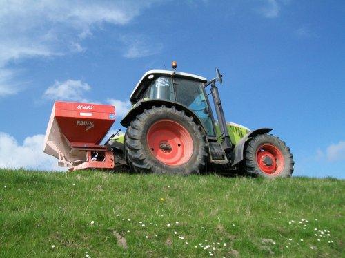 Boven op de dijk met de kunstmeststrooier.. Geplaatst door Claas Ares 577ATZ op 30-04-2010 om 15:26:51, op TractorFan.nl - de nummer 1 tractor foto website.