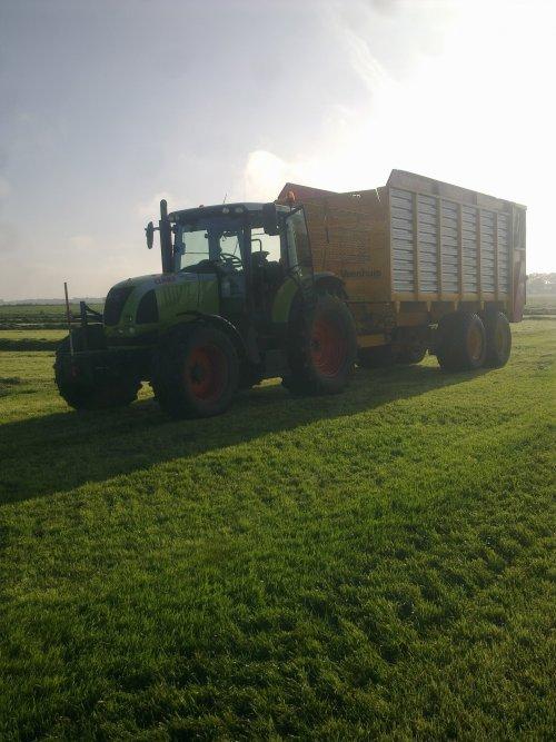 Foto van een Claas Ares 617, bezig met gras harken. loonbedrijf vink. Geplaatst door axion820 op 03-07-2010 om 18:25:08, op TractorFan.nl - de nummer 1 tractor foto website.