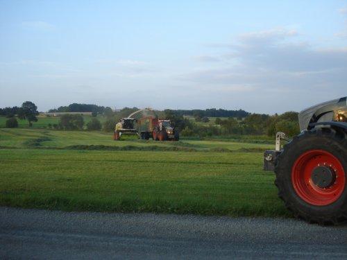 Foto van een Claas Jaguar 950, bezig met GPS hakselen. Kumm Agrarservice!. Geplaatst door ul op 06-07-2011 om 12:37:49, met 6 reacties.