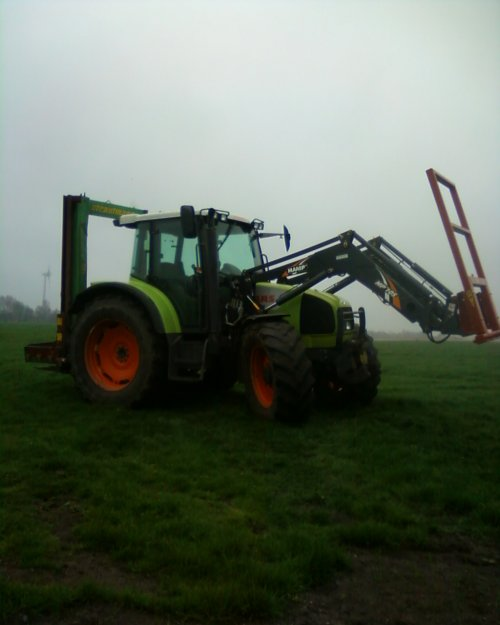 Foto van een Claas Ares 556 RZ, bezig met poseren.. Geplaatst door johndeere1120man op 05-05-2012 om 22:25:19, op TractorFan.nl - de nummer 1 tractor foto website.