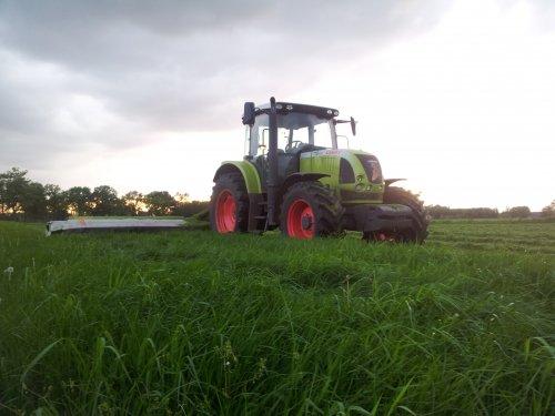 Foto van een Claas Ares 617, bezig met gras maaien.. Geplaatst door huub op 14-05-2012 om 13:17:25, met 5 reacties.