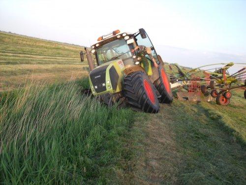 Foto van een Claas Onbekend, bezig met gras harken.. Geplaatst door robertcase op 14-07-2012 om 22:23:58, met 17 reacties.