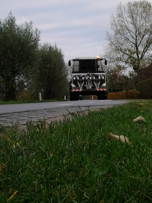 Foto van een Claas Lexion 570, bezig met maïs hakselen.. Geplaatst door julian op 11-11-2012 om 14:45:53, op TractorFan.nl - de nummer 1 tractor foto website.