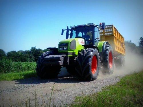 De Claas Ares 826 RZ van Landbouw & Loonwerk Pereboom Paasloo raast hier met een rotgang over de zand/grindweg.