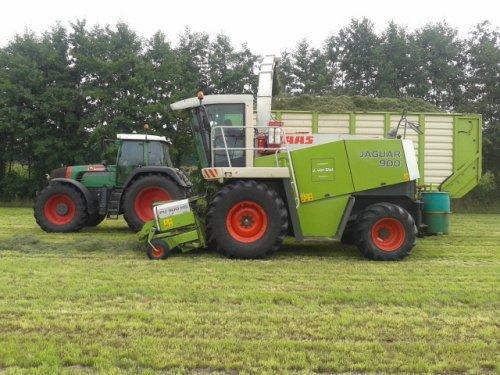 Foto van een Claas Jaguar 900 en een Fendt 920 van loonbedrijf J.van Elst, bezig met gras hakselen.. Geplaatst door ricooo12 op 25-08-2013 om 12:37:14, met 7 reacties.