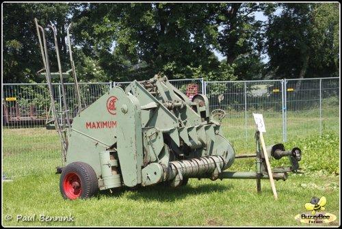 Foto van een Claas Maximum, bezig met poseren.En of ik fier ben met mijn oldtimer pers uit 1964.... Geplaatst door baardegem op 04-09-2013 om 21:16:51, op TractorFan.nl - de nummer 1 tractor foto website.