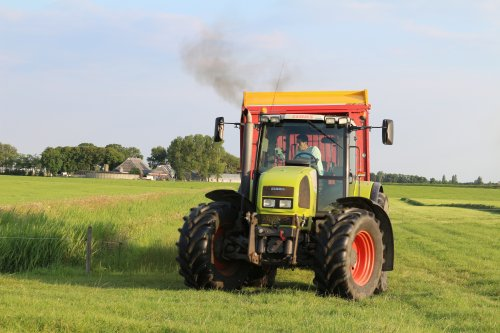 Foto van een Claas Ares 836, bezig met gras inkuilen.. Geplaatst door -NEW-HOLLAND- op 05-08-2014 om 13:47:20, op TractorFan.nl - de nummer 1 tractor foto website.