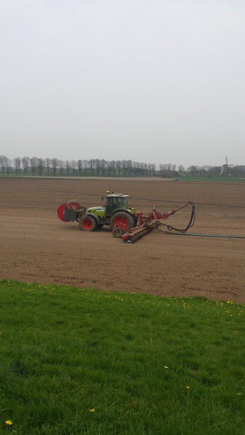 Foto van een Claas Ares 697 ATZ. sleepslingeren. Geplaatst door erik mtx op 16-09-2014 om 22:04:49, op TractorFan.nl - de nummer 1 tractor foto website.