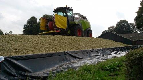 Foto van een Claas Jaguar 840 2014, bezig met maïs hakselen.. Geplaatst door velsje op 05-10-2014 om 19:55:51, op TractorFan.nl - de nummer 1 tractor foto website.