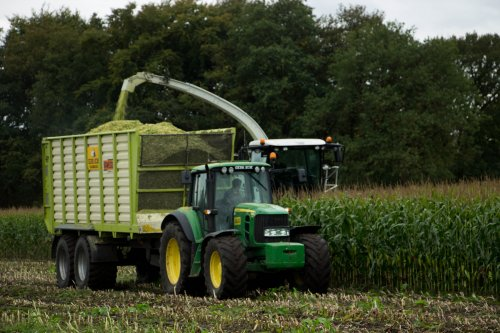 Loonbedrijf Kok bv uit Bakkeveen aan het maïshakselen met de Claas Jaguar 940.  Meer foto's op: http://www.trekkerfotografie.nl