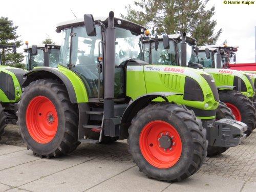 Foto van een Claas Ares 617, bezig met poseren. 21-03-2015 de Vries mechanisatie Beilen. Geplaatst door oldtimergek op 25-03-2015 om 00:05:32, op TractorFan.nl - de nummer 1 tractor foto website.