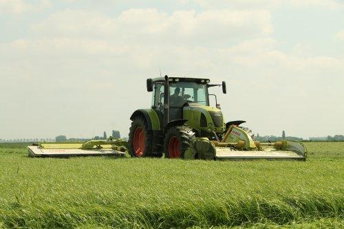 Melkveehouder van Veldhoven aan het maaien met Claas Ares 657 ATZ met complete Claas uitrusting ruim een week geleden.