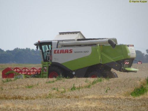 Foto van een Claas Lexion 520, bezig met maaidorsen.. Geplaatst door oldtimergek op 07-08-2015 om 15:42:35, op TractorFan.nl - de nummer 1 tractor foto website.
