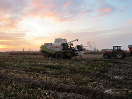 Foto van een Claas Lexion 570, bezig met maaidorsen.. Geplaatst door jdeutz6190 op 23-12-2015 om 18:48:33, op TractorFan.nl - de nummer 1 tractor foto website.