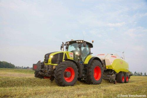 Balen persen met een Claas Axion 930 en nieuwe Claas Quadrant 5200Rc van loonwerken Hava. (2016). Geplaatst door FerreV op 31-05-2016 om 20:42:44, op TractorFan.nl - de nummer 1 tractor foto website.