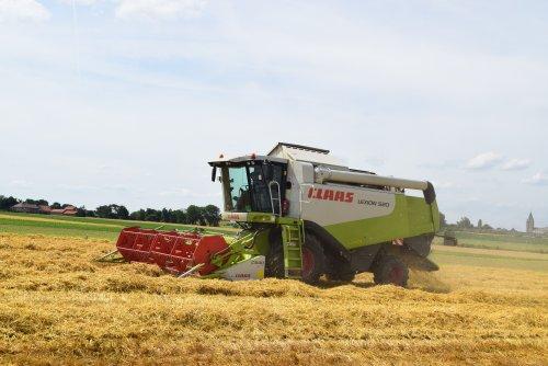 Claas Lexion 520 graan aan het dorsen. Geplaatst door jd7920 op 10-07-2016 om 20:19:28, op TractorFan.nl - de nummer 1 tractor foto website.