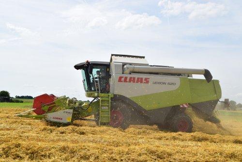 Claas Lexion 520 graan aan het dorsen. Geplaatst door jd7920 op 10-07-2016 om 20:19:34, op TractorFan.nl - de nummer 1 tractor foto website.