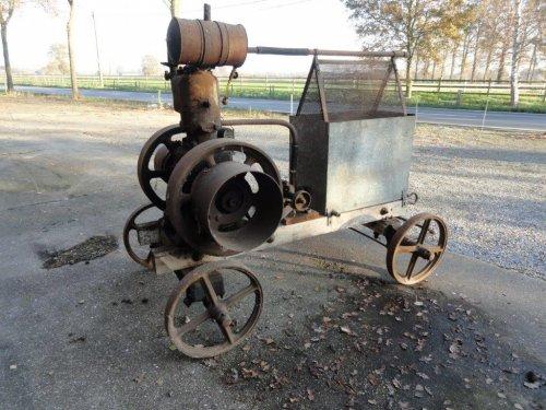 Foto van een Claeys Benzine motor bouwjaar 1917, gisteren toch nog een onze oude stationaire Benzinemotor van 1917 in gang gezwierd nog een van mijn grootvaders boerderij
