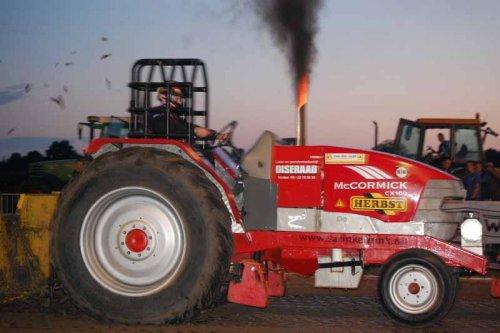 Foto van een Cormick Onbekend, bezig met tractorpulling in tonden van vorig jaar.. Geplaatst door Deutz Mf op 18-07-2010 om 12:53:26, met 9 reacties.