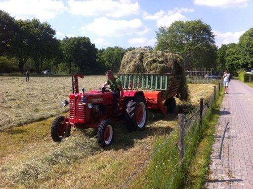 Foto van een Farmall D-320, druk bezig met Gras inkuilen.gras laden met de Hagedorn. Geplaatst door groteboer op 18-05-2014 om 19:21:41, met 9 reacties.