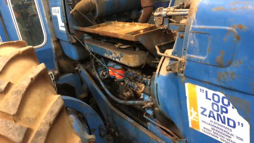 Foto van een County 1164 foto van motor. Grappig die accubak. Die overleeft een kernoorlog zo stevig is hij.