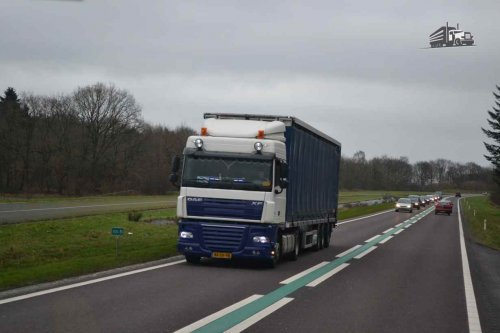 Kijk, daar heb je 2 Sisters Storteboom B.V. met een DAF XF105, opgebouwd als zeilenwagen.. Geplaatst door truckspotterhgk op 02-02-2016 om 18:29:41, op TractorFan.nl - de nummer 1 tractor foto website.