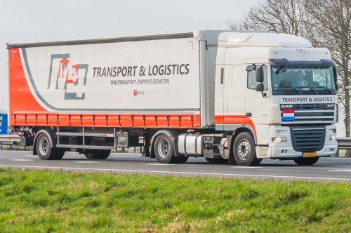 M4 Transport & Logistics BV ( Tilburg) × op de foto met een DAF XF105, opgebouwd als zeilenwagen.. Geplaatst door xrayjaco op 22-02-2019 om 20:16:28, op TractorFan.nl - de nummer 1 tractor foto website.